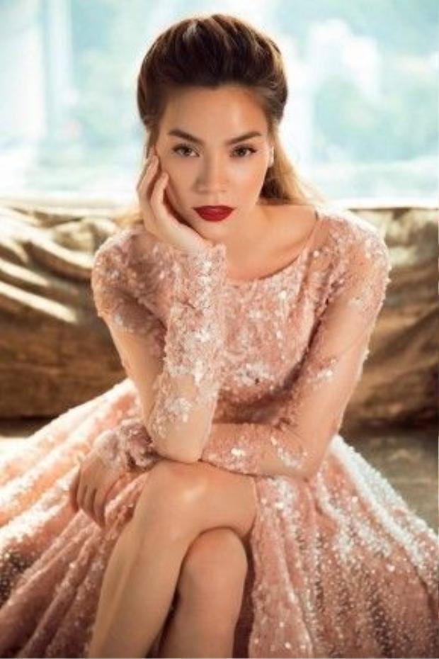Nổi bật với chiếc váy hoa của NTK Lý Quý Khánh.