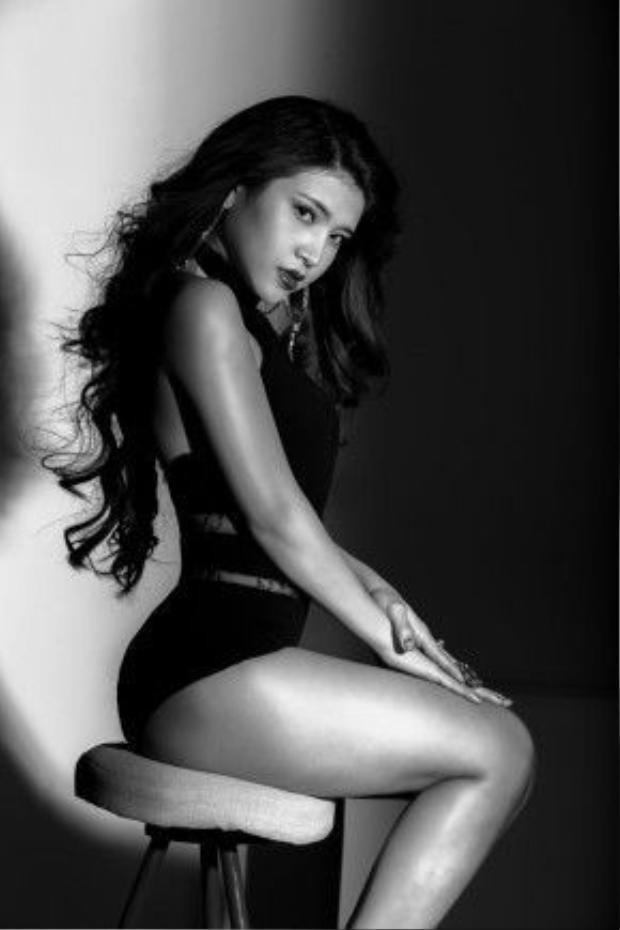 Thân hình sexy của cô như thiêu đốt mọi ánh nhìn bởi biểu cảm đầy si mê.