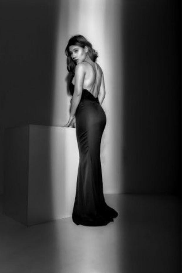 Dưới hiệu ứng ánh sáng mờ ảo của photo, Tố Ny càng toát lên vẻ đẹp vốn có e ấp của người con gái hiện đại.