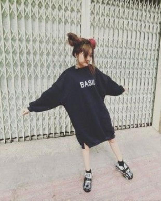"""Tuy chỉ học lớp 11 nhưng Ngô Thùy Trâm đã sở hữu chiều cao 1m67 vì vậy đôi chân thon dài chính là lợi thế """"siêu phàm"""" của cô nàng nữ sinh này."""