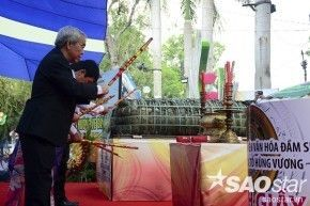 Trong hôm nay, chiếc bánh đã được dâng cúng lên các Vua Hùng. Sau đó, đại diện đơn vị thực hiện sẽ cắt bánh chia cho người dân tham gia lễ hội cùng thưởng thức.