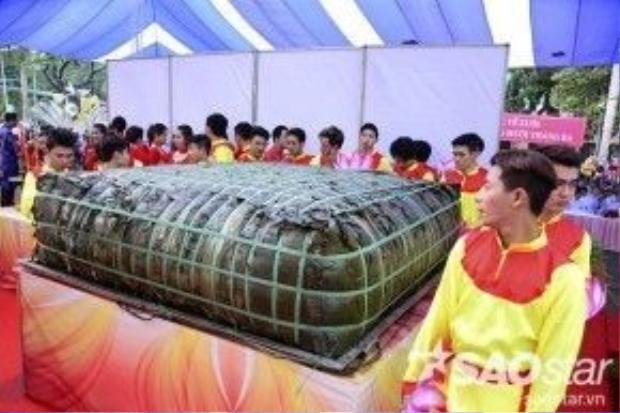 Nhiều du khách lạ lẫm, hào hứng khi tận mắt chứng kiến chiếc bánh chưng khủng lồ nặng 2,5 tấn được dâng cúng.