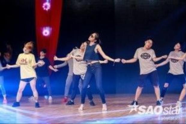 Thủy Tiên sẽ kết hợp những vũ điệu đẹp mắt dành cho khán giả.