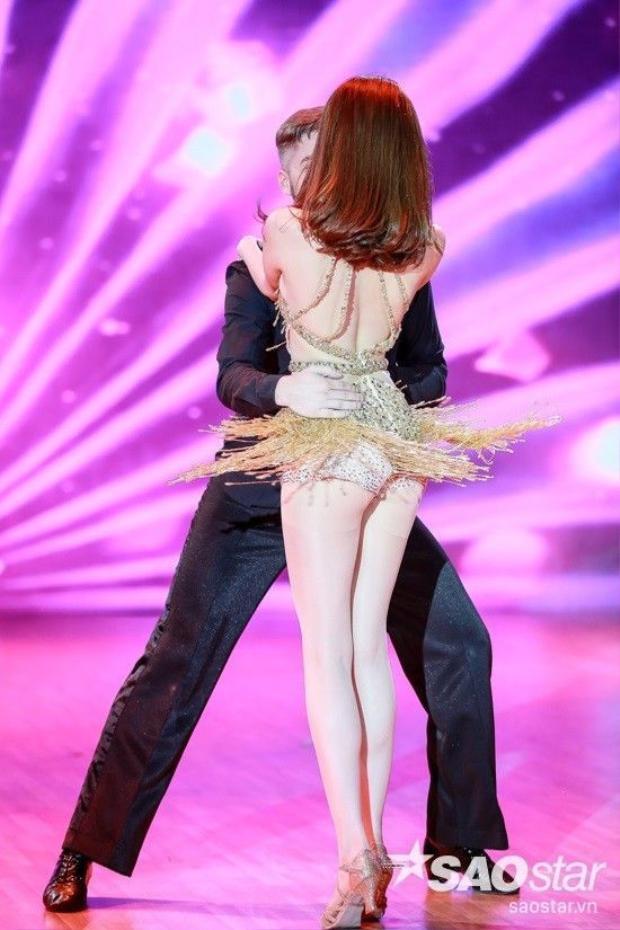 Ngọc Trinh hé lộ trang phục sexy, khoe vòng eo triệt để trên sân khấu