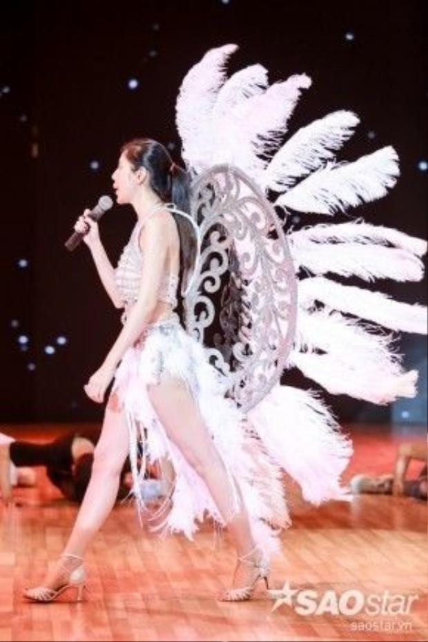 Cô sẽ có một phần trình diễn trong đêm nay với phần trang phục được đầu tư vô cùng công phu.