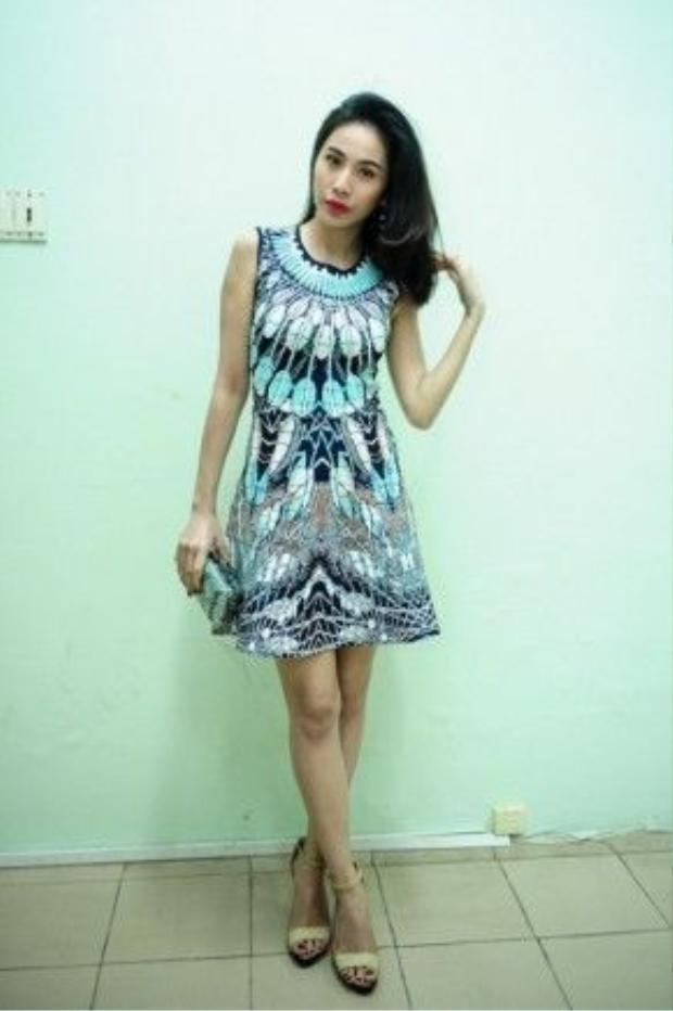Chiếc váy cô mặc và chiếc clutch tay thuộc thương hiệu BCBG Max Azria có mức giá lên đến vài trăm triệu.