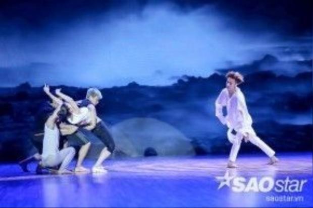 Những bước nhảy nhẹ nhàng trên nền ca khúc Cát bụi là tiết mục thứ hai của S.T