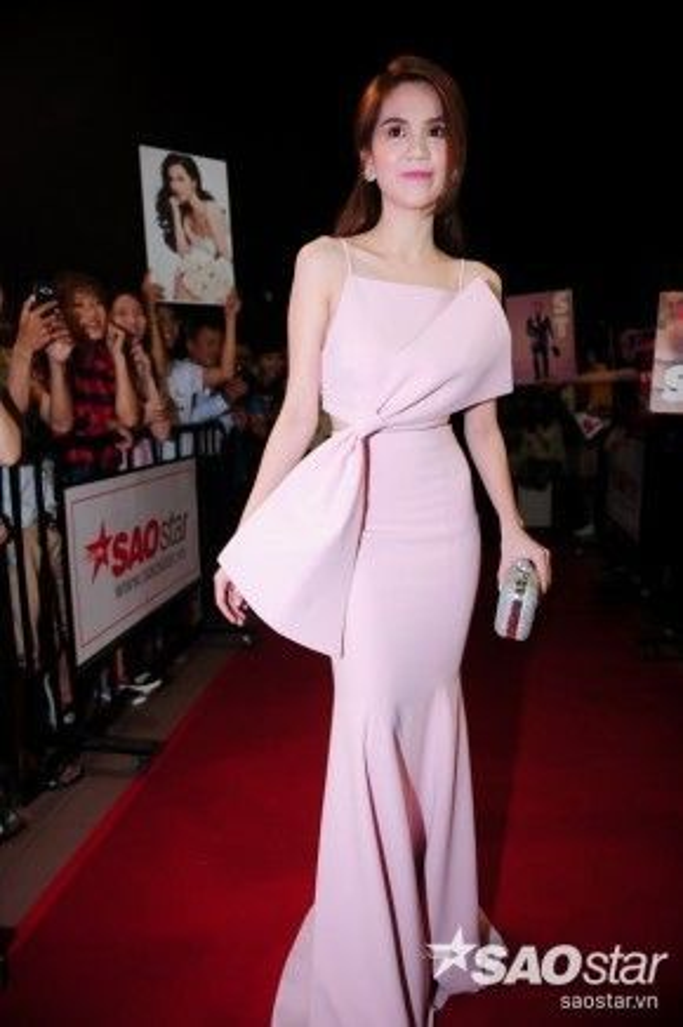 """Một trong những sự xuất hiện được chờ đợi nhất đêm nay là """"nữ hoàng nội y"""" Ngọc Trinh. Cô nàng chọn tông hồng pastel cho chiếc đầm ôm cách điệu của mình."""
