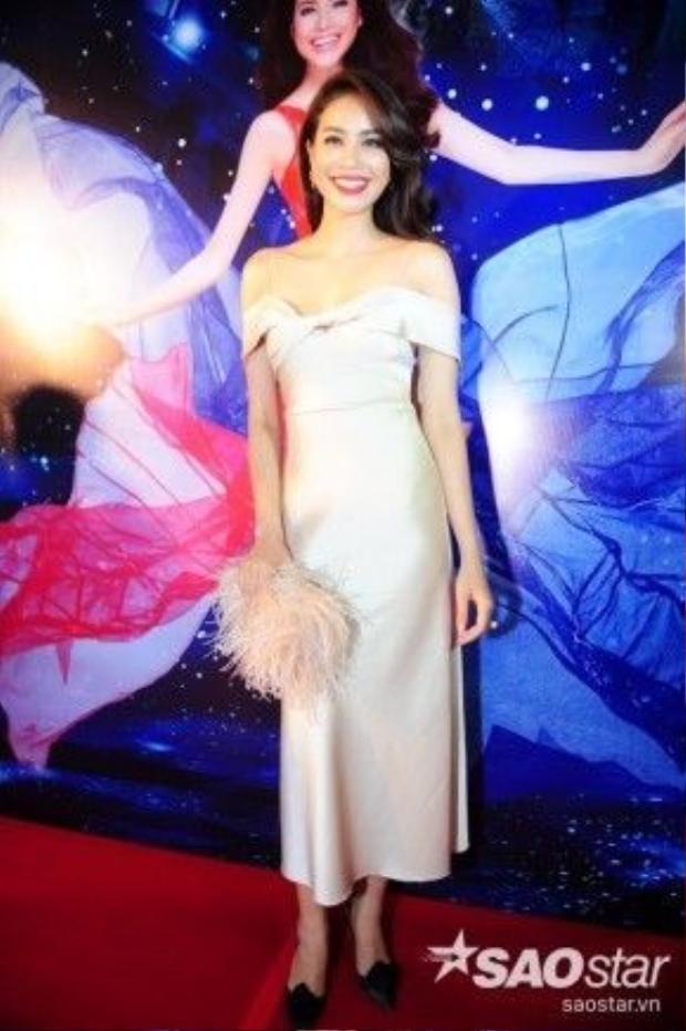 Sự có mặt của hoa hậu Phạm Hương khiến các khán giả tới xem vô cùng hào hứng và phấn khích. Cô diện chiếc đầm đơn giản màu nude trễ vai vô cùng gợi cảm.