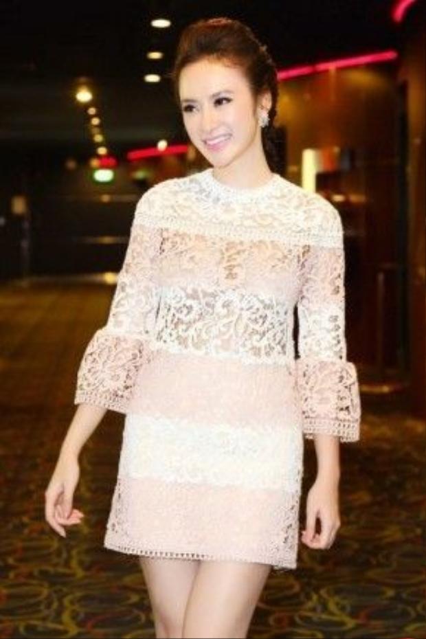 Angela Phương Trinh kín đáo hết sức nhưng vẫn vô cùng quyến rũ với gam màu nhạt.