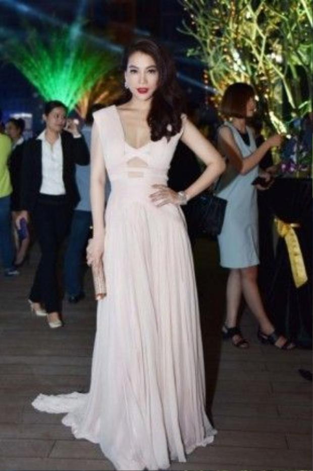 Diễn viên Trương Ngọc Ánh thu hút ánh nhìn của người đối diện với đầm dạ hội lệch vai tông màu kem nhạt.