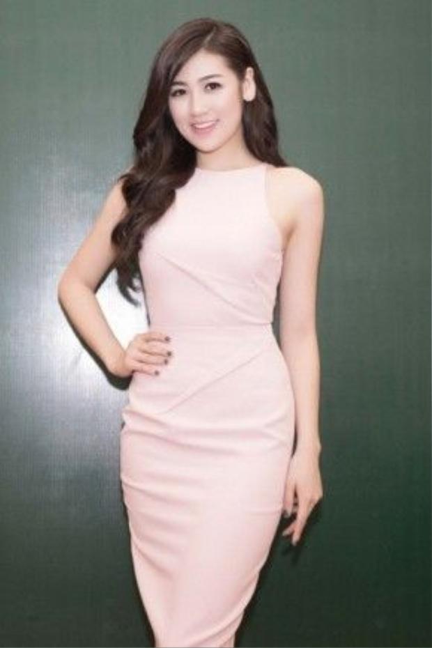 Á hậu Dương Tú Anh cũng không ngoại lệ với đầm hồng pastel nữ tính.
