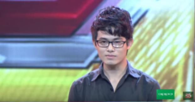 """Trước phần thi của anh chàng thư sinh này, giám khảo Hồ Quỳnh Hương đã không kìm được cảm xúc: """"Có những người không tìm được lối thoát trong cuộc đời của mình, nhưng em là người may mắn… vì em có âm nhạc""""."""