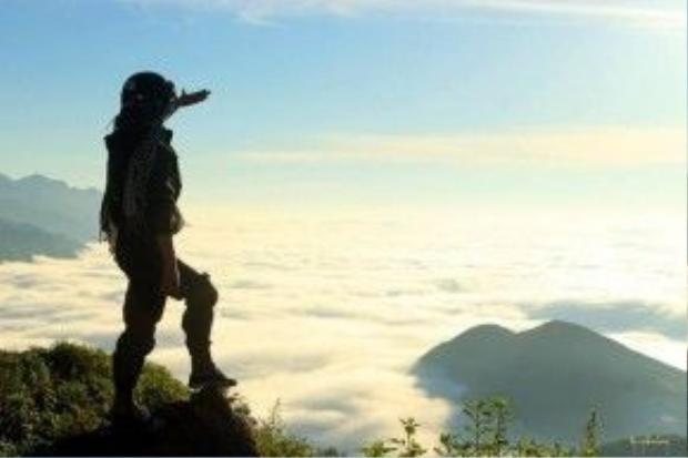 Trên đỉnh Tà Xùa, nhìn quanh từng ngọn núi trông như những hòn đảo lô nhô giữa biển mây. Ảnh: Ngong Hankang.
