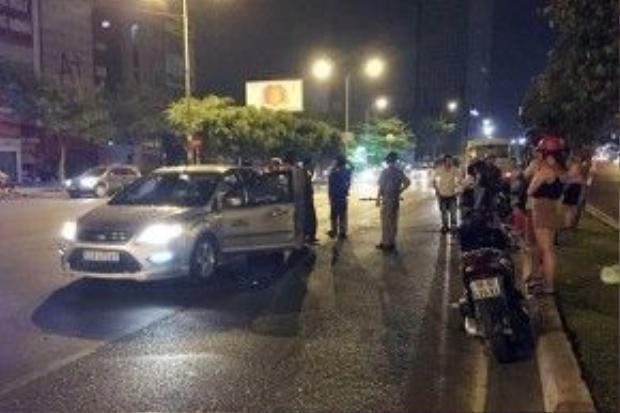 Chiếc ôtô bị xe khách tông trúng.