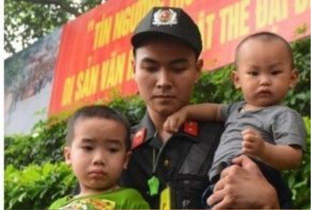 Rất nhiều em bé dã hoảng sợ trước cảnh tượng đông đúc, chen lấn.