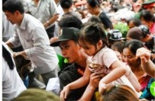 Các em nhỏ được ưu tiên giải cứu khỏi đám đông đang chen lấn lên dâng hương tại Đền Hùng.