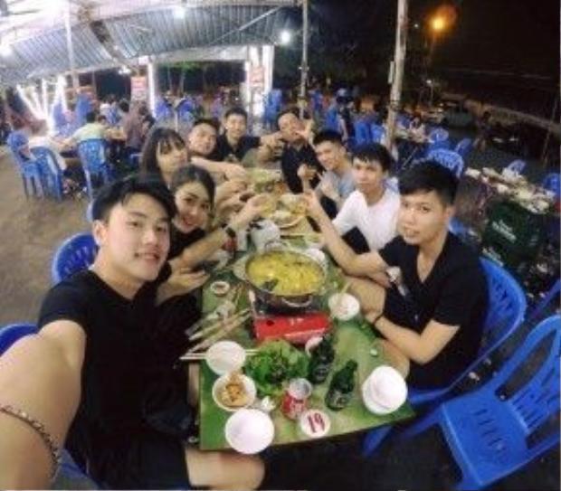 Cặp đôi Trang Lou - Tùng Sơn có chuyến nghỉ lễ cùng bạn thân tại Bãi Cháy, Quảng Ninh.