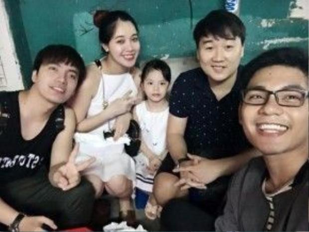 Hà Min và chồng vui vẻ bên bạn bè trong dịp nghỉ lễ này. Đang mang bầu nhưng hot girl vẫn rất siêng năng đi du lịch.