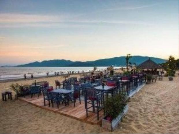 Khác với những quán bar bãi biển khác của Việt Nam, Surf Bar mang đến cho bạn một không gian khá nhẹ nhàng nằm trên ven biển Xuân Diệu thuộc thành phố Quy Nhơn.