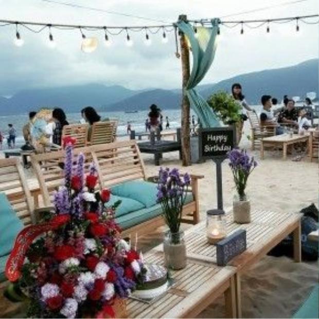 Đặt chân đến Surf Bar, chắc chắn bạn sẽ bị thu hút ngay bởi không gian thoáng mát hòa hợp với thiên nhiên, cùng các vật trang trí vô cùng bắt mắt.