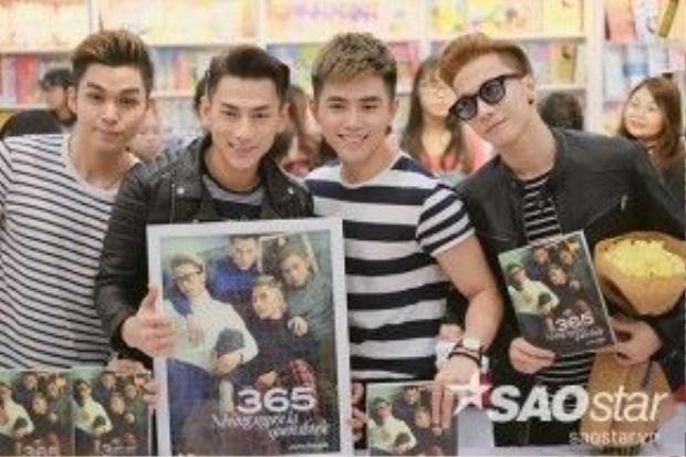 Các chàng trai nhóm 365 rạng rỡ trong buổi ký sách ở Hà Nội.