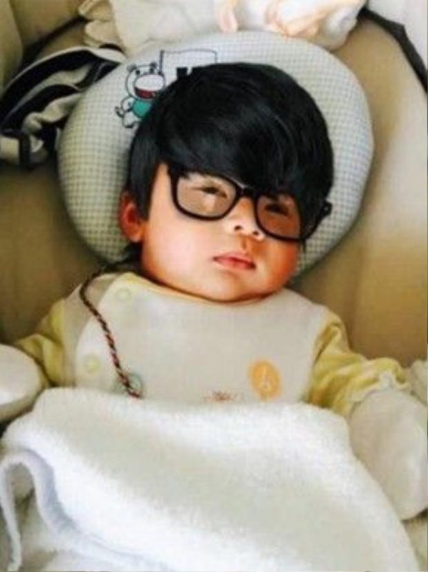 Cận cảnh nét đáng yêu của con trai Tùng Dương khi tròn 1 tháng tuổi.