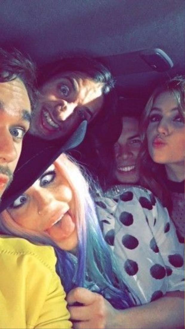 Zedd và Kesha vui vẻ với nhau.