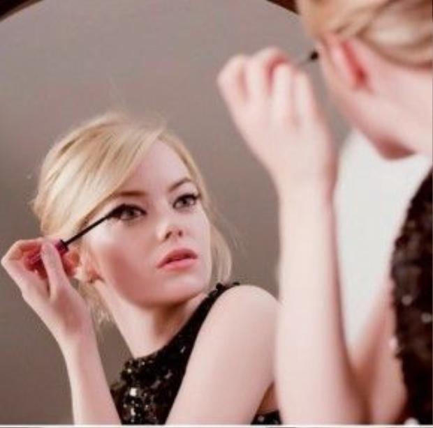 """""""Tôi luôn luôn dùng mascara, tất nhiên tôi cũng có trang điểm sơ mỗi ngày để gương mặt được hoàn thiện và chắc chắn không thể thiếu mascara."""""""