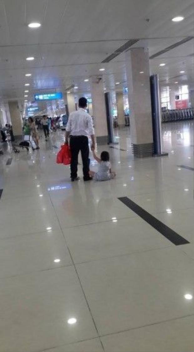 Đứa bé bị kéo lê trên sàn nhà.