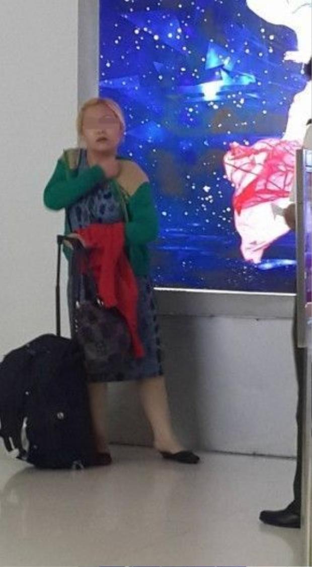 Người phụ nữ đi cùng cháu bé và đối tượng được cho là đánh cháu.