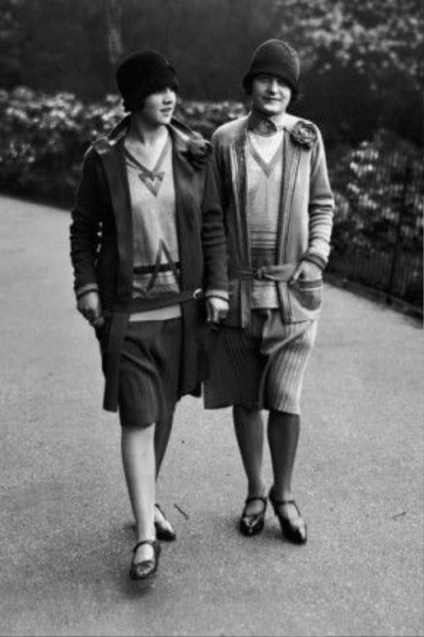 Hai cô gái mặc áo sweaters chất liệu len dệt kim kêt hợp cùng chân váy xếp li, mũ chuông chính là kiểu mốt đang thịnh hành trong vài năm trở lại đây, đặc biệt là mùa xuân hè và thu đông 2016. Và bức ảnh đã được chụp từ năm 1928.