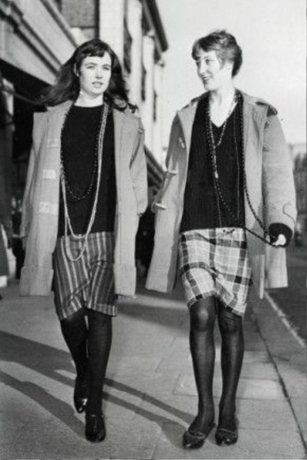 Phong cách chụp ảnh street style sinh đôi đã có từthời xa xưa. Kiểu ảnh chụp đôi, cùng nhau nói chuyện giúp mang đến những giây phút tự nhiên. Kiểu chụp này cũng rất được ưa chuộng đến tận ngày nay.