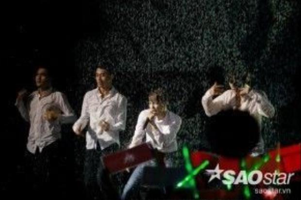 Noo Phước Thịnh gây ấn tượng mạnh khi 'tắm mưa' cực sexy cùng vũ đoàn ngay trong phần trình diễn của mình.