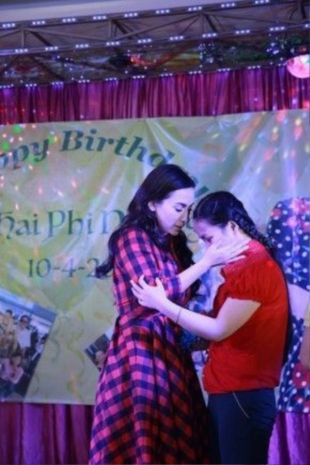 Gần 100 fan với đủ mọi lứa tuổi còn thay nhau tâm sự và gửi lời chúc đến Phi Nhung.