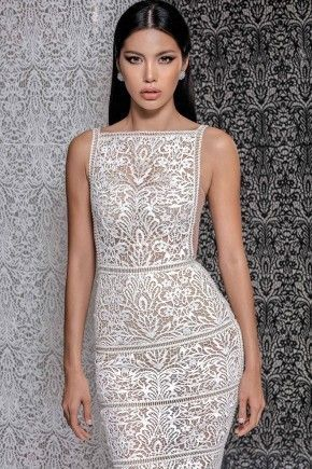 Mỗi bộ trang phục đi kèm một chiếc Clutch được thực hiện riêng. Chính vì thế, mỗi chiếc váy nằm trong bộ sưu tập được xem như có một không hai trên thị trường.