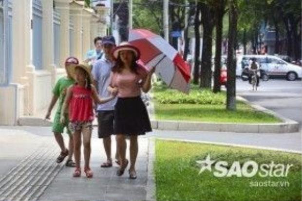"""Chị Mai (quận Tân Bình), chia sẻ: """"Mấy hôm nay trời nắng nực không chịu nổi, nên gia đình tôi rủ nhau đi chơi, dạo mát ở trung tâm thành phố để thoải mái hơn."""""""