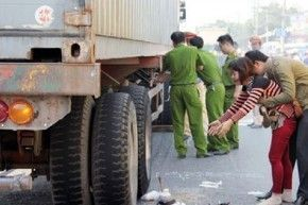 Người bố đã không may đánh xe cán chết chính con gái của mình khi cháu chơi gần xe tải. (Ảnh minh họa)