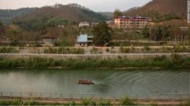 Bọn buôn người thường lợi dụng con sông ngăn cách biên giới Việt - Trung để đưa các thiếu nữ Việt Nam sang Trung Quốc. Ảnh: CNN