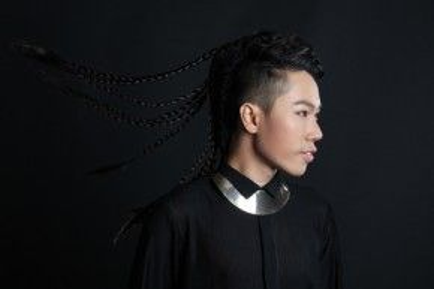 Nguyễn Đình Thanh Tâm lại chọn cách nổi bật qua tông tóc bất phân định giới tính.