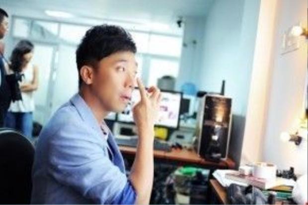Đệ nhất MC Trấn Thành cũng rất chỉn chu trong việc trang điểm.