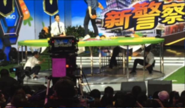 Khi chơi trò đập chuột Hứa Nguỵ Châu nhổm hết người lên để trêu chọc Hoàng Cảnh Du.