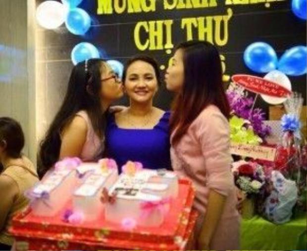 Phương Mỹ Chi và chị gái Phương Mỹ Quyên thể hiện tình cảm yêu thương dành cho mẹ bằng những nụ hôn.