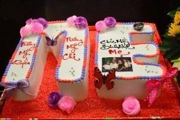 Chiếc bánh kem mừng sinh nhật mẹ của hai chị em Phương Mỹ Quyên - Phương Mỹ Chi.