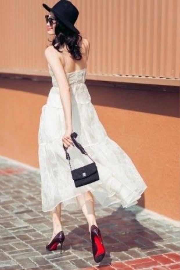 Chiếc đầm vô cùng nữ tính và nhẹ nhàng. Tô điểm thêm cho cả set đồ là mũ rộng vành cùng một chiếc túi thương hiệu Chanel size mini là bạn hoàn toàn có thể níu mọi ánh mắt hướng về mình khi ra phố.