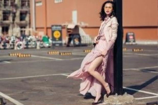 Thanh Trúc với chiếc đầm dài dến từ NTK Huy Trần. Chiếc đầm pastel với áo khoác ngoài cùng tông màu tạo cảm giác nhẹ nhàng, mát mắt người nhìn.