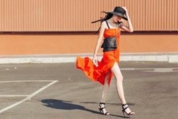 Bên cạnh đó, cô kết hợp với giày cao gót, mũ fedora rộng vành và túi đeo chéo màu đen. Nhìn tổng thể cho bạn một set đồ đơn giản nhưng không kém phần tinh tế.