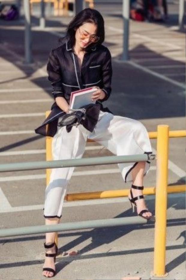 Trở lại với hai màu trắng-đen cơ bản nhưng cách mà Thanh Trúc phối đồ lại chẳng hề nhàm chán. Bộ trang phục cá tính với áo xuyên thấu và quần culottes là một sản phẩm của NTK trẻ tài năng Lâm Gia Khang.
