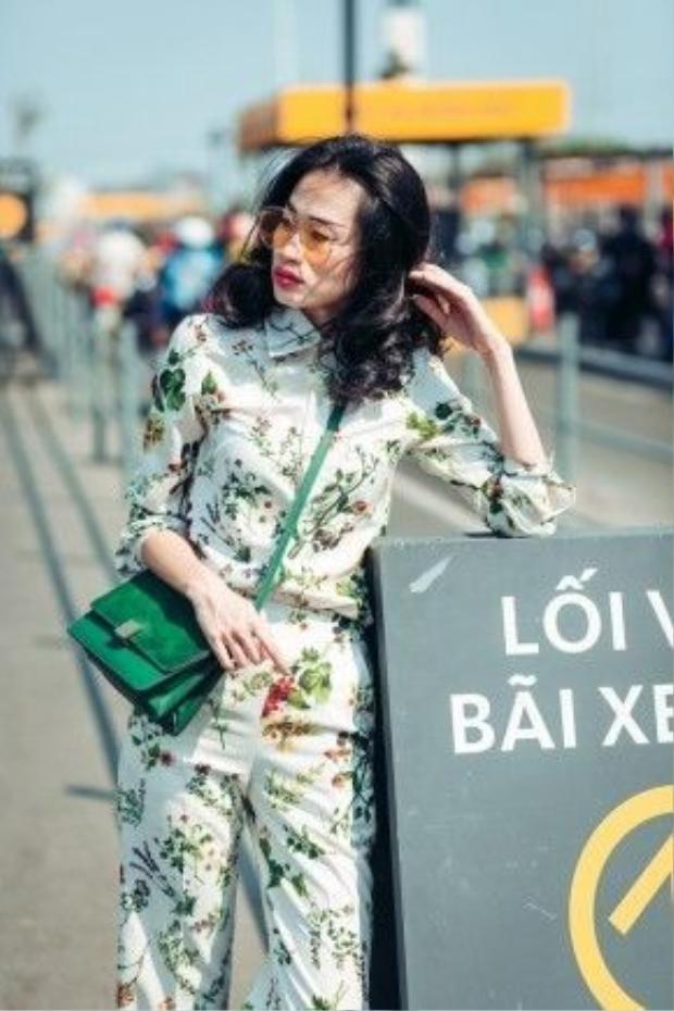 Xu hướng mới nhất hè này cũng được fashionista Thanh Trúc nắm bắt rất nhanh. Nguyên một set đồ họa tiết là mốt đang hiện hành trên khắp thế giới.