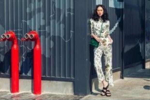 Set đồ đến từ thương hiệu Cocosin vô cùng thời trang. Cô nàng kết hợp với túi đeo chéo màu xanh lá.